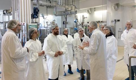 Explication dans une usine devant un groupe de doctorants
